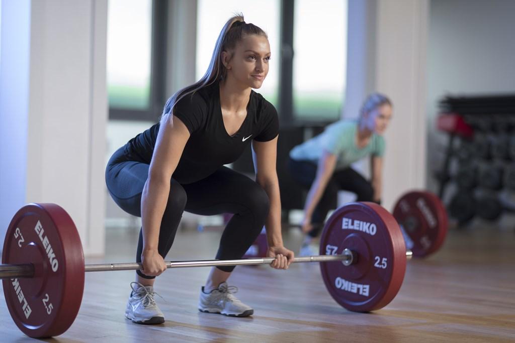 Å trene styrke er ikke kun for de som vil løfte tungt og få svære muskler. En sterk kropp gir nemlig viktige helsegevinster. Styrketrening er undervurdert og underkommunisert Det er er viktig at folk får vite mer om hvilke effekter styrketrening har på kroppen. I følge NORSTAT kjenner nemlig 8 av 10 til anbefalingen om at det er bra med 30 minutter daglig med fysisk aktivitet som får fart på blodomløpet. Til forskjell har kun 4 av 10 hørt om at også styrketrening bør få plass på timeplanen. Disse tallene kan være med på å forklare at muskelplager står for over 40 prosent av alle sykemeldinger i Norge. Trolig kan styrketrening forebygge og behandle mange av disse plagene. Reduserer risiko for livsstilssykdommer Eksperter er enige om at bred midje er en betydelig risikofaktor for hjerte- og karsykdommer, diabetes, og metabolsk syndrom. Det er også et tegn på overvekt, inaktivitet og liten muskelmasse. Effektiv styrketrening vil bidra til at å krympe midjemålet og øke muskelmassen. Styrketrening er bra hele livet God helse i oppvekst, ungdom, voksenlivet og alderdom viktig. Det er nøkkelen til en aktiv pensjonisthverdag med energi til reise og bråkete barnebarn om man er heldig å oppleve det. Å bygge et godt fundament på veien, samt opprettholde muskelstyrken når du har kommet deg litt opp i årene er en god investering. Belønningen av en sterk kropp med god bevegelighet er at du blir langt mindre skade- og plageutsatt. Fem gode grunner til å trene styrke Selv moderat styrketrening reduserer risiko for skader. Du behøver altså ikke løfte veldig tungt, veldig mye eller veldig teknisk avansert. Finn noen basisøvelser for bein, overkropp og rygg. Det finnes mange gode øvelser som gjør jobben. Du forebygger tap av muskelmasse. Muskelmassen reduseres gradvis desto eldre du blir og det blir mer fett mellom muskelfibrene. Jevnlig styrketrening er den eneste oppskriften mot dette. Styrketrening bidrar til forebygging og behandling av livsstilssykdommer som diabetes, fedme, meta